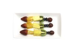 Fruktkebaber som innehåller kiwin, druvor, jordgubben, apelsinen och stiftet Royaltyfri Fotografi