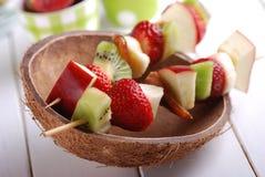 Bära fruktt kebabs Arkivfoton