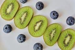 Fruktkedja på den vita tabellen Arkivbilder