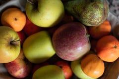 Fruktkorg i ett kök arkivfoto