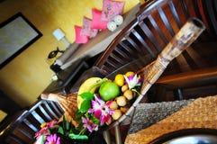 Fruktkorg i hotellrum Arkivbild