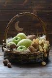 Fruktkorg med hans raring och druvor Fotografering för Bildbyråer