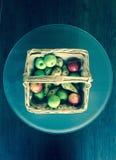 Fruktkorg på den glass tabellen Arkivbilder