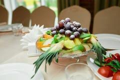 Fruktkorg på tabellen Arkivbild