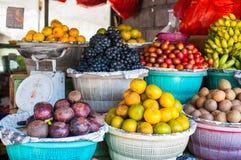 Fruktmarknad för öppen luft i byn Arkivfoto