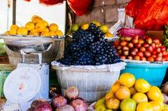 Fruktmarknad för öppen luft i byn Arkivbild