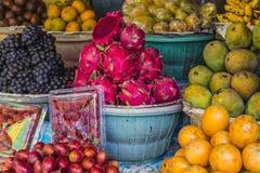 Fruktmarknad för öppen luft i byn i Bali, Indonesien Royaltyfri Bild