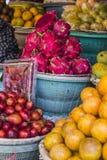 Fruktmarknad för öppen luft i byn i Bali, Indonesien Arkivfoto