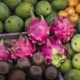 Fruktmarknad för öppen luft i byn i Bali, Indonesien Arkivbild