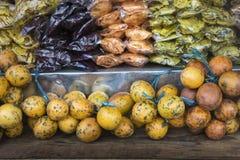 Fruktmarknad för öppen luft i byn i Bali, Indonesien Royaltyfria Foton