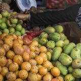 Fruktmarknad för öppen luft i byn i Bali, Indonesien Fotografering för Bildbyråer