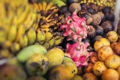 Fruktmarknad för öppen luft i byn i Bali, Indonesien Royaltyfri Foto