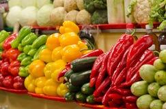 Fruktmarknad med olika färgrika nya frukter och grönsaker Arkivfoto