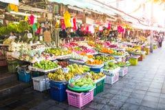 Fruktmarknad på gatan i Bangkok, Thailand royaltyfria bilder