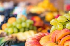 Fruktmellanmål på banketttabellen Arkivbilder
