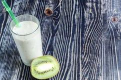 Fruktmilkshakar i en genomskinlig maträtt arkivfoto