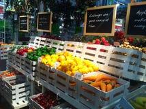 Fruktmodell i supermarket Arkivbild