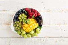 Fruktplatta med bär, mango och kiwin Arkivfoton