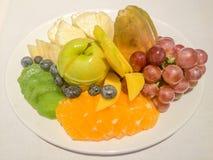 Fruktplatta med druvor, apelsinen, äpplet, ananas, bluebery, kiwin och mango Royaltyfria Bilder
