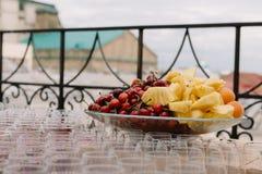 Fruktplatta med körsbär, ananors, aprikors för sköta om för bröllop Royaltyfri Fotografi