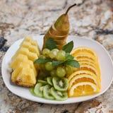 Fruktplatta på marmortabellen Royaltyfri Foto
