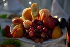 Fruktplatta på restaurangtabellslut fotografering för bildbyråer