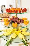 Fruktplatta på tabellen Fotografering för Bildbyråer