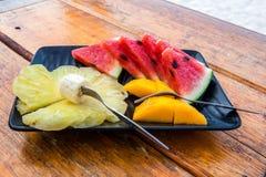 Fruktplatta på trätabellen Arkivfoton