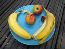 Fruktplatta - sund äten frukosthalva royaltyfria bilder