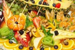 Fruktplatta Uppläggningsfat av blandad ny frukt och ost royaltyfri bild