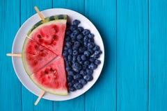 Fruktplatta Vattenmelonskivapopslices och blåbär på plommoner Arkivfoton