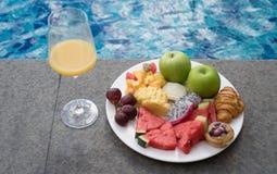 Fruktplatta vid hotellpölen Fotografering för Bildbyråer