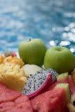 Fruktplatta vid hotellpölen Arkivfoton