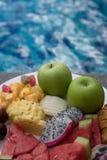 Fruktplatta vid hotellpölen Royaltyfria Bilder