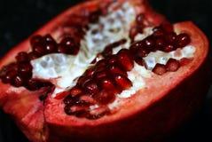 fruktpomegranate som visar den le kvinnan Arkivfoto