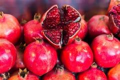 fruktpomegranate som visar den le kvinnan fotografering för bildbyråer
