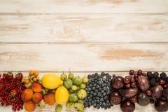 Fruktregnbåge på trä arkivbilder