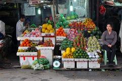Fruktsäljare i Hanoi, Vietnam royaltyfri bild