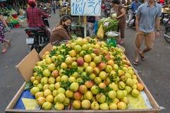 Fruktsäljare på den Cho Xom Chieu marknaden i HCMC i Vietnam arkivbild