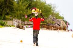 Fruktsäljare på den Paje stranden i Zanzibar Arkivfoton