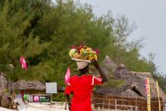 Fruktsäljare på den Paje stranden i Zanzibar Royaltyfria Bilder