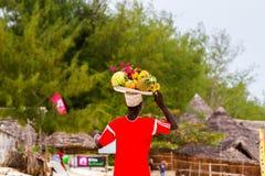 Fruktsäljare på den Paje stranden i Zanzibar Fotografering för Bildbyråer