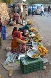 Fruktsäljare på vägrenen Royaltyfria Foton