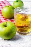 Fruktsaft av det gröna äpplet Arkivbilder