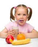 fruktsaft för drinkfruktflicka little Arkivbilder