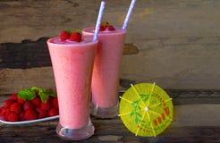 Fruktsaft för hallonsmoothiesyoghurten och hallonfrukt för viktförlust dricker på en wood bakgrund arkivfoto
