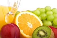 Fruktsaft med frukter Arkivfoton