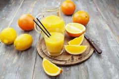 Fruktsaft och apelsiner Arkivbild