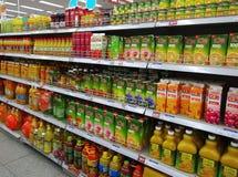 Fruktsaft och drycker i Supermarket Royaltyfria Bilder