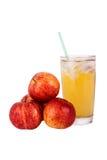 Fruktsaft och ett äpple arkivbild
